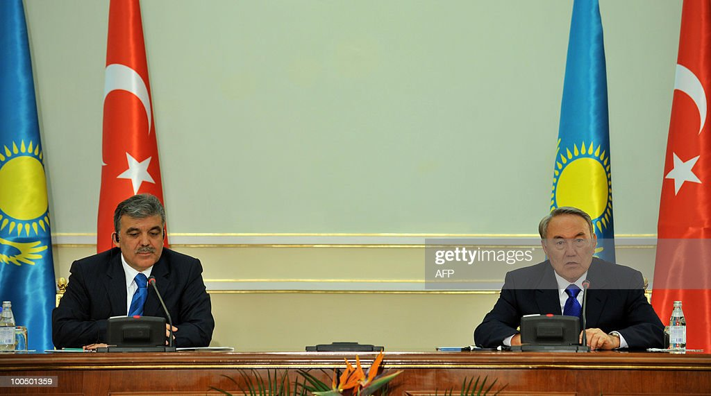 Turkish President Abdullah Gul (L) and Kazakh President Nursultan Nazarbayev (R) speak during a meeting in Astana on May 25, 2010. Gul is on a brief visit for bilateral talks.