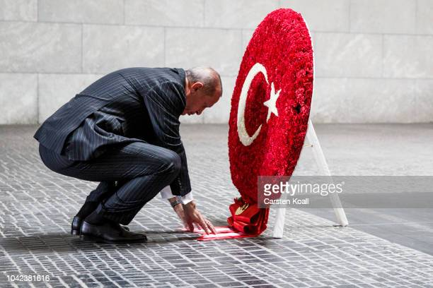 Turkish President Recep Tayyip Erdogan attends a wreathlaying ceremony at neue Wache on September 28 2018 in Berlin Germany President Erdogan is on...