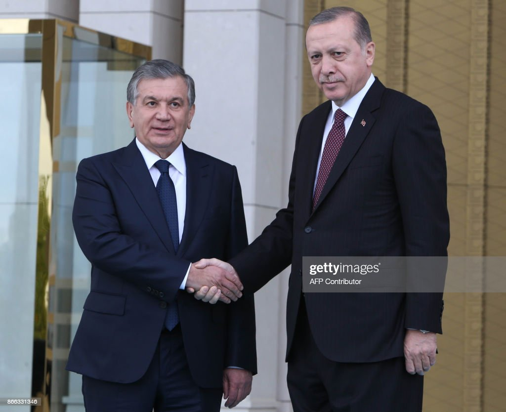 Turkish President Recep Tayyip Erdogan (R) shakes hand with Uzbekistan President Shavkat Mirziyoyev upon his arrival for their meeting at the presidential complex in Ankara on October 25, 2017. /