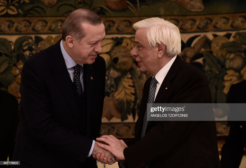 Turkish President Recep Tayyip Erdogan (L) shakes hands with Greece's President Prokopis Pavlopoulos at an official dinner in Athens on December 7, 2017, during a two day visit to Greece. /