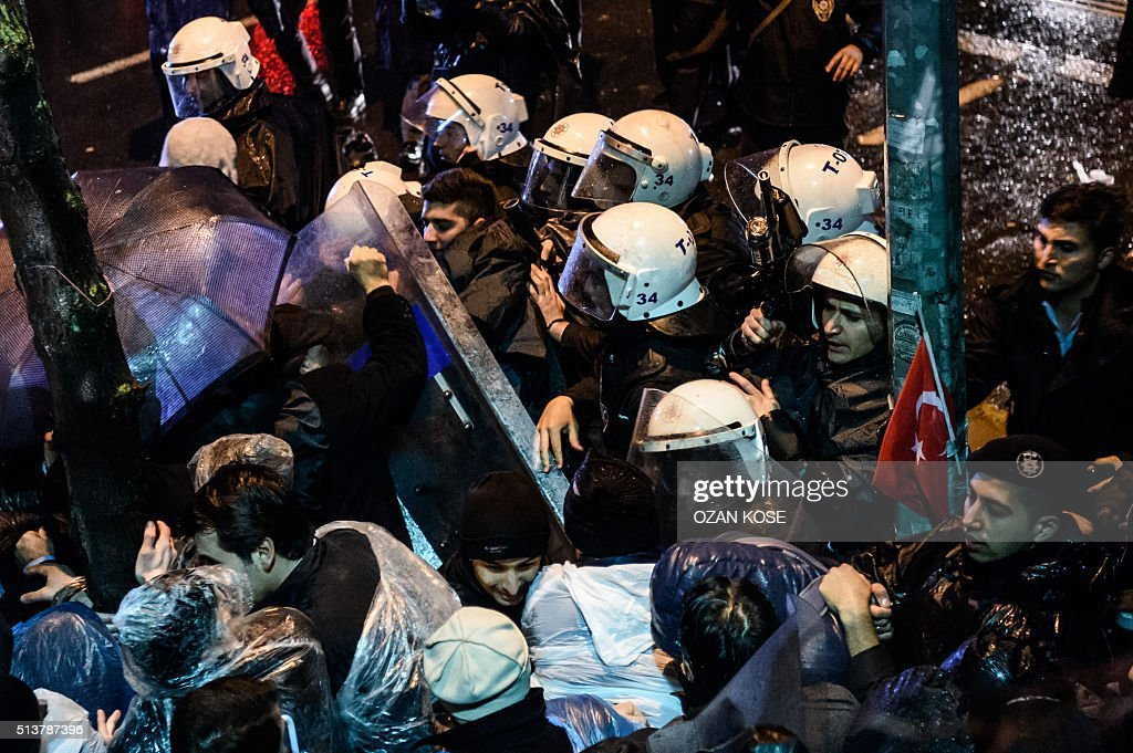 TOPSHOT - Turkish riot police clash with supporters at Zaman daily newspaper headquarters in Istanbul on March 5, 2016. An Istanbul court on March 4, 2016 ordered into administration a Turkish Zaman daily newspaper that is sharply critical of President Recep Tayyip Erdogan, amid growing alarm over freedom of expression in the country. / AFP / OZAN