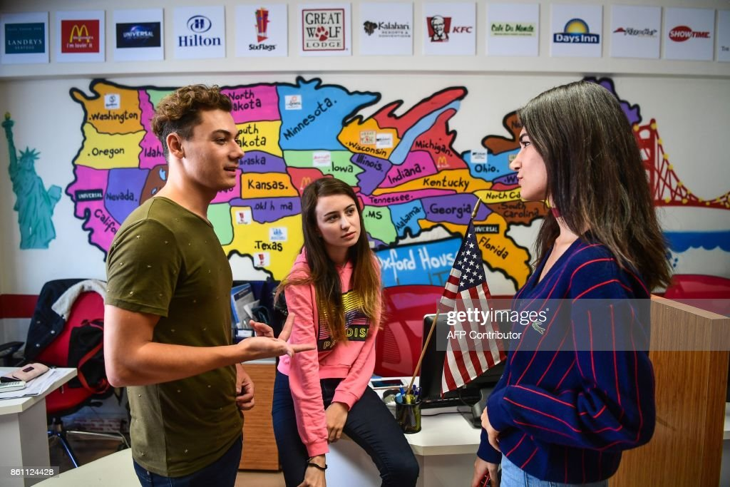 Turkish Students Chat Front Of A Map Of The United States Of America News Photo Getty Images