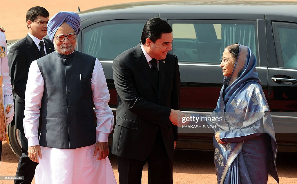 Turkmenistan President Gurbanguly Berdimuhamedov (C) shakes hands with Indian President Pratibha Patil (R) as Indian Prime Minister Manmohan Singh (L) looks on during a ceremonial reception at the Presidential Palace in New Delhi on May 25, 2010. Turkmenistan's President Gurbanguly Berdimuhamedov is on a three-day state visit to India till May 26. AFP PHOTO/ Prakash SINGH