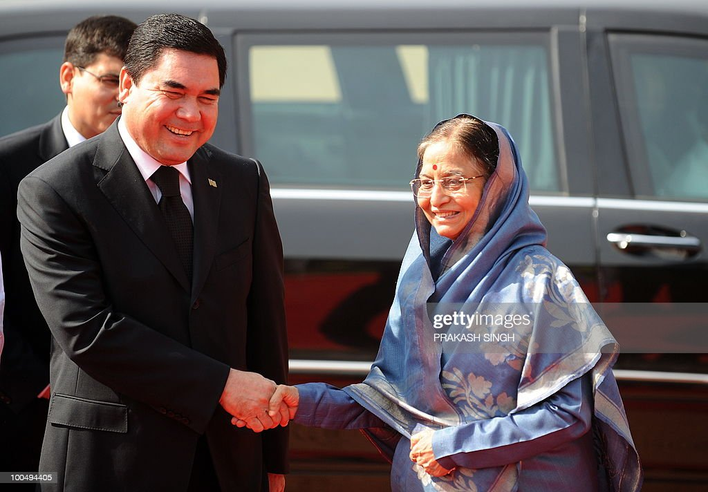 Turkmenistan President Gurbanguly Berdimuhamedov (L) shakes hands with Indian President Pratibha Patil during a ceremonial reception at the Presidential Palace in New Delhi on May 25, 2010. Turkmenistan's President Gurbanguly Berdimuhamedov is on a three-day state visit to India till May 26. AFP PHOTO/ Prakash SINGH