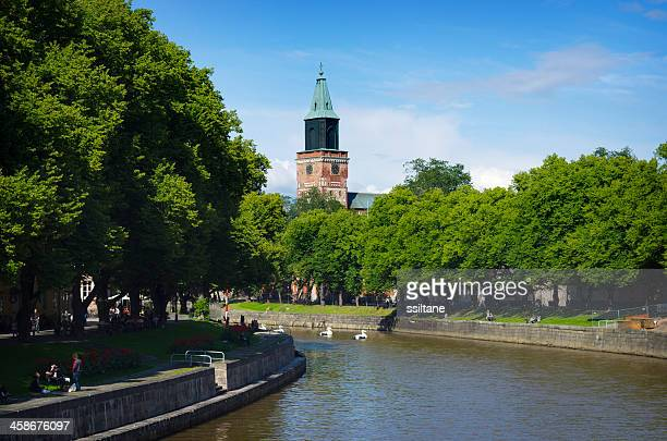 turku フィンランド川の教会 - トゥルク ストックフォトと画像