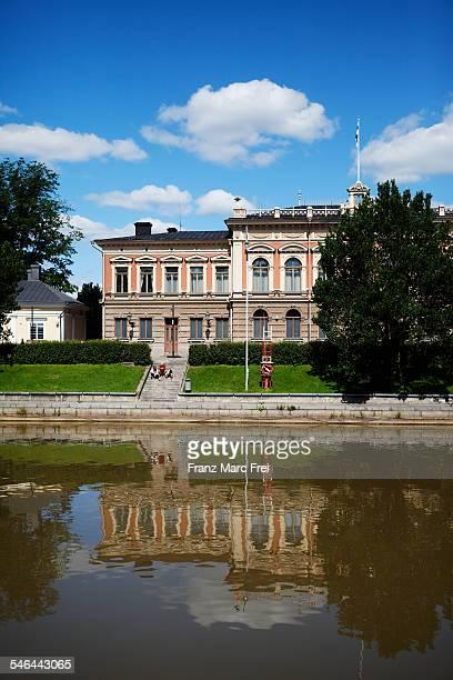 turku, reflection of old house in aurajoki river - turku finland stockfoto's en -beelden