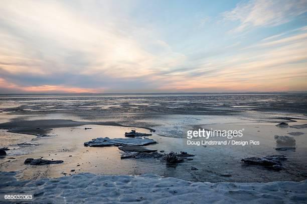 turnagain arm at sunset, south of girdwood and anchorage, viewed from seward highway, south-central alaska - golfo do alasca imagens e fotografias de stock