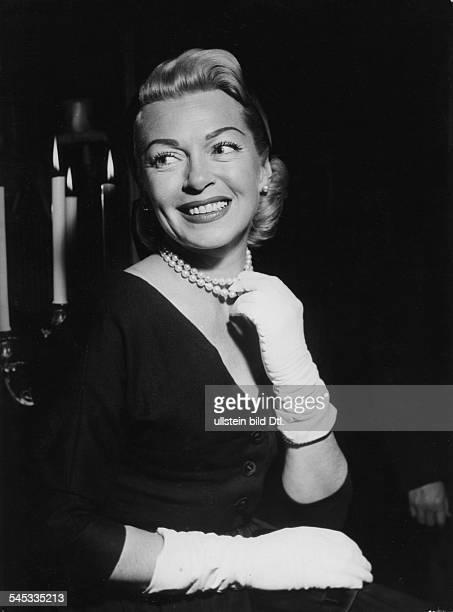 Turner Lana * Schauspielerin USA Halbportrait traegt eine Perlenkette und Handschuhe laechelt 1957
