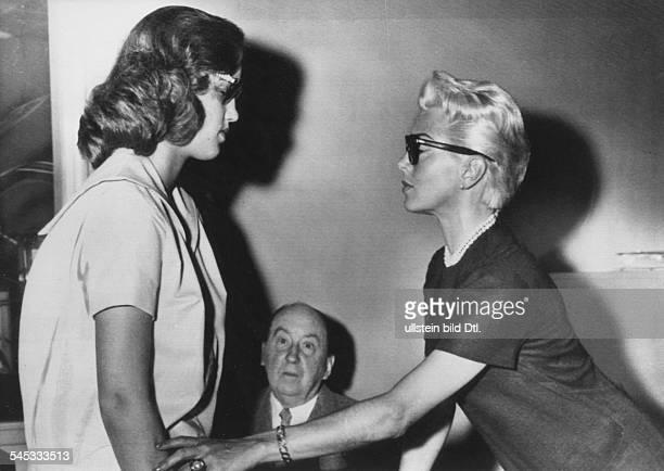 Turner Lana * Schauspielerin USA mit ihrer Tochter Cheryl Crane bei Anwalt Jerry Giesler der sie in der Angelegenheit der Schadensersatzforderung des...