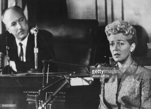 Turner Lana * Schauspielerin USA vor dem Untersuchungsgericht in Hollywood wo sie aussagte dass ihre 14jaehrige Tochter Cheryl ihren Liebhaber Johnny...