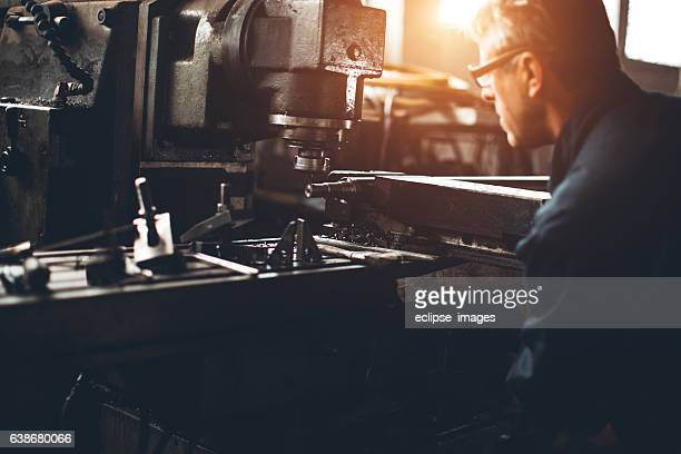 Dreher Arbeitnehmer arbeiten mit Bohrer in einem workshop