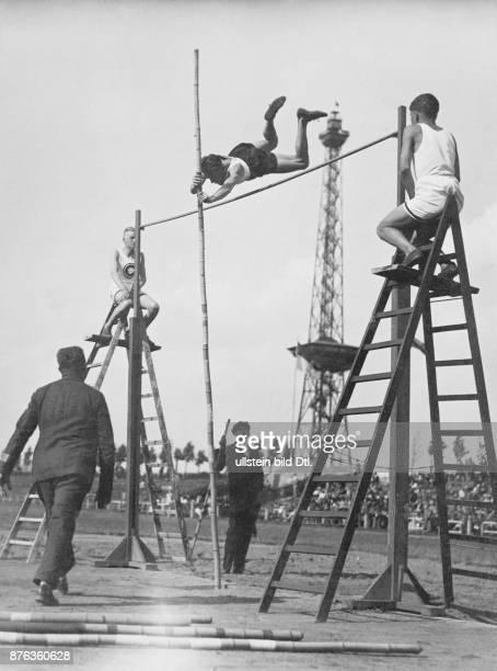 Turnsportler Ritter beim Stabhochsprung über 370 Meter 1928