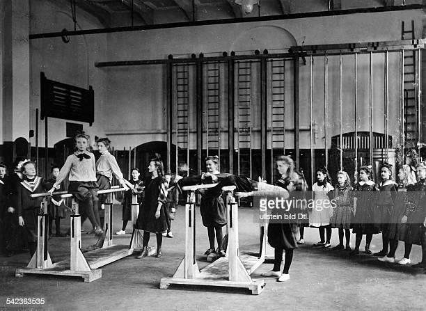 Turnstunde in der höheren Mädchenschulein Berlin-Grunewald- 1909