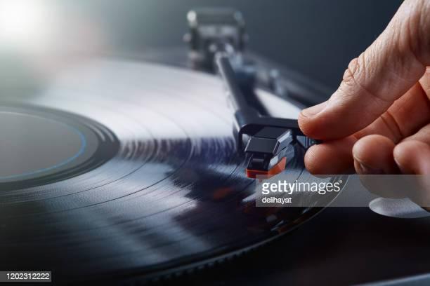 draaitafel lp platenspeler die vinyl speelt - saffier stockfoto's en -beelden