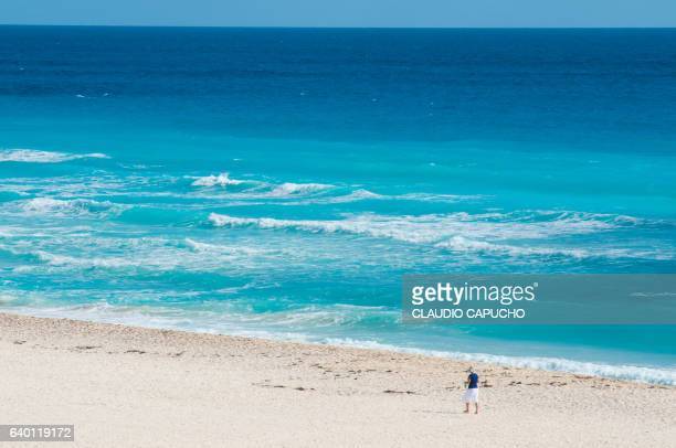 turquoise color cancún beach - claudio capucho stock photos and pictures