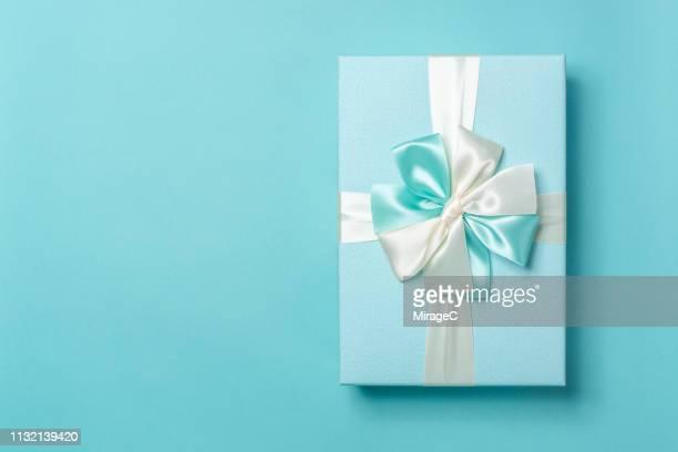 turquoise colored gift box - hellblau stock-fotos und bilder