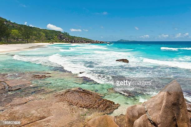 laguna de aguas turquesas, una isla tropical ocean beach - paisajes de isla de  granada fotografías e imágenes de stock