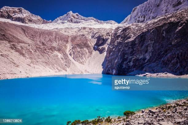 turquoise laguna 69 à cordillère blanca, andes péruviennes enneigées - ancash, pérou - translucide photos et images de collection