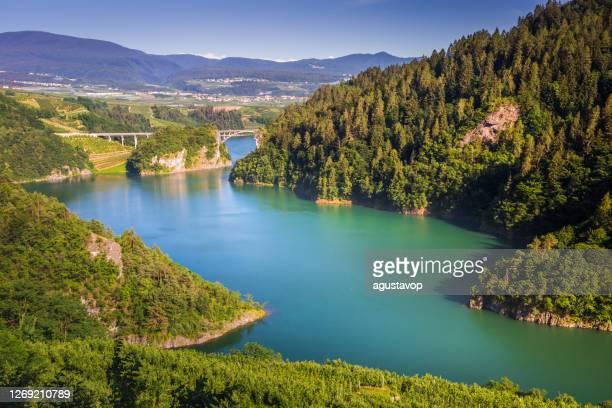 ターコイズ湖と橋 – ボルツァーノからマドンナ・ディ・カンピーリオへの道, ブレンタ・ドロミテス・アルプス – イタリア - マドンナディカンピリオ ストックフォトと画像