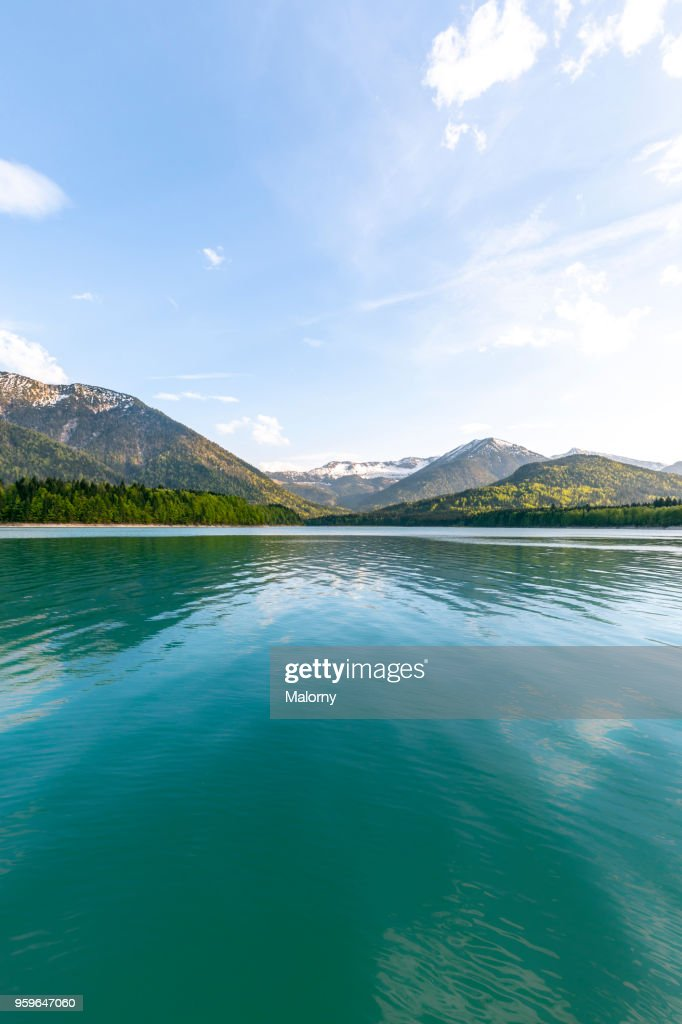 Turquoise lake in front of mountains. Germany, Bavaria, Lake Sylvenstein. Karwendel in the background : Stock-Foto