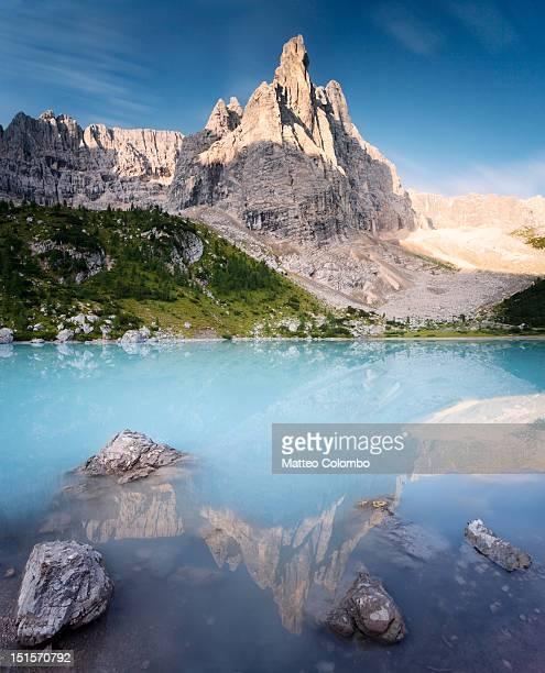 turquoise lake - ドロミーティ ストックフォトと画像
