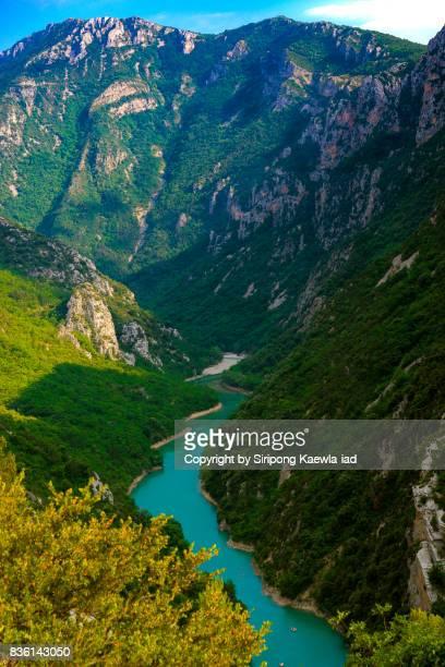 turquoise river at gorges du verdon in provence, france. - gorges du verdon photos et images de collection
