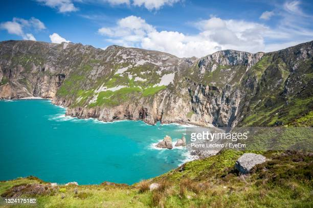 turquoise sea at slieve league, donegal, ireland. the tallest sea cliffs in ireland - cliff stock pictures, royalty-free photos & images