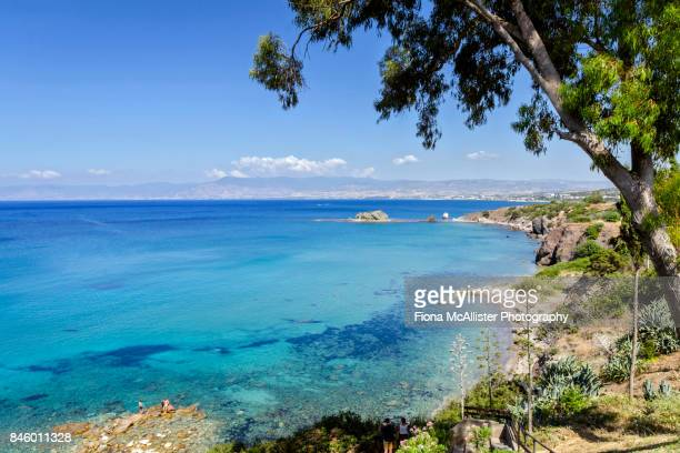 turquoise waters at aphrodite beach, latchi, cyprus - cyprus stockfoto's en -beelden