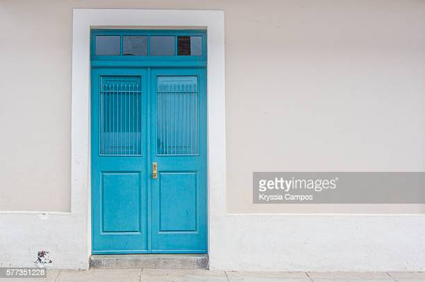 turquoise wooden door entry to old house - porta imagens e fotografias de stock