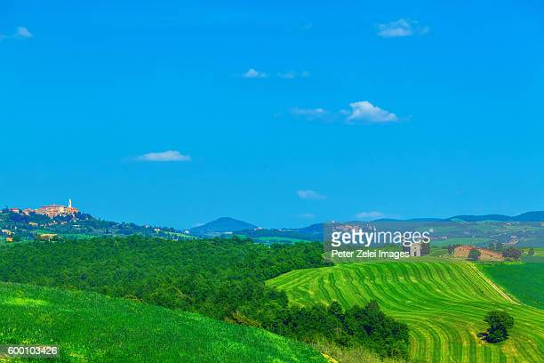 tuscan landscape with the capella di vitaleta and the small town of pienza - capella di vitaleta stock pictures, royalty-free photos & images