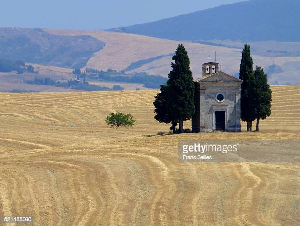 tuscan landscape with the capella di vitaleta - frans sellies stock pictures, royalty-free photos & images