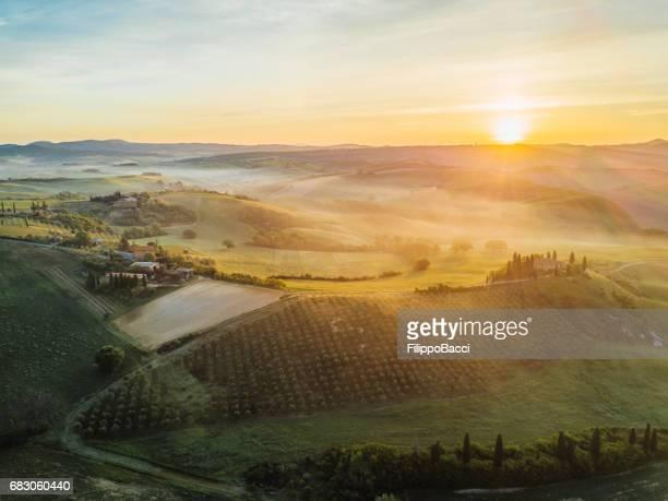 Paysage de Tuscany au lever du soleil avec faible brouillard
