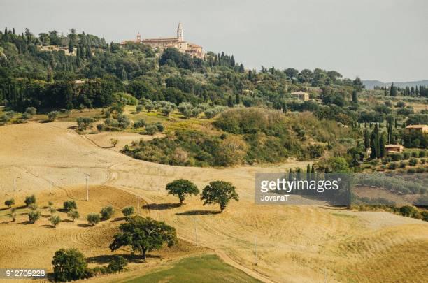 tuscany landscape - siena italië stockfoto's en -beelden