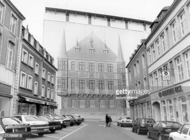 Täuschend echt zeigt die Schutzplane vor dem eingerüsteten Großherzoglichen Palais in Luxemburg das Palais Grand Ducal de Luxembourg. Aufnahme vom ....