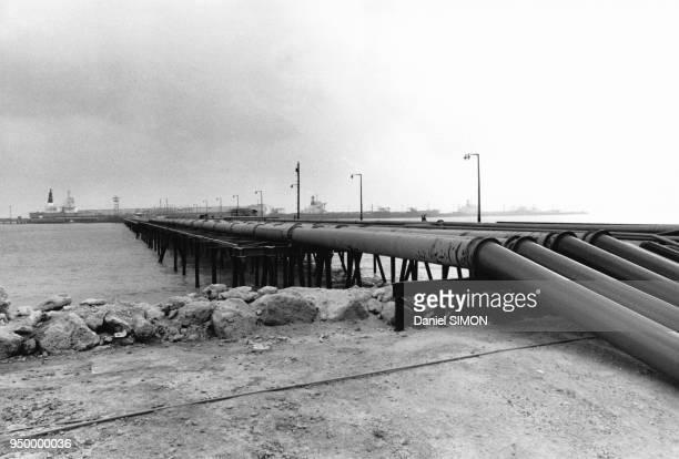 Tuyaux acheminant le pétrole vers les navires pétroliers dans la raffinerie d'Abadan en Iran en décembre 1976