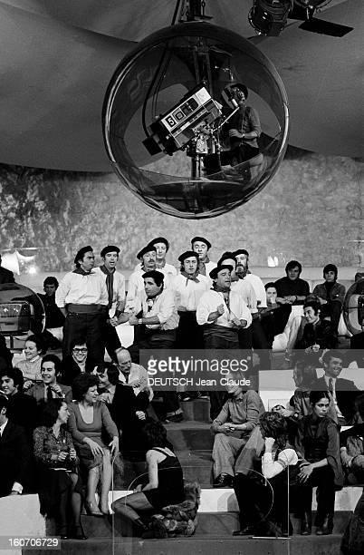 Tv Issue Two On 2 Sur le plateau de l'émission les invités Roger PIERRE et JeanMarc THIBAULT en tenue traditionnelle basque faisant des gestes avec...
