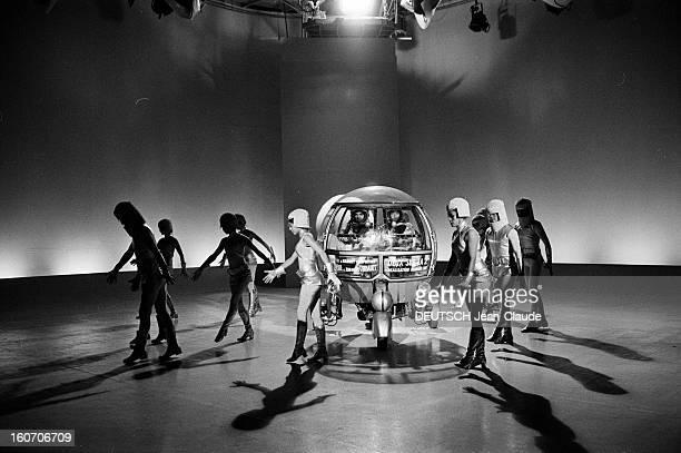 Tv Issue Two On 2 Sur le plateau de l'émission Roger PIERRE et JeanMarc THIBAULT en scaphandre installés à bord d'un engin spatial entouré de femmes...