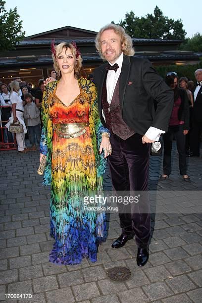 Tv Moderator Thomas Gottschalk Und Ehefrau Thea Bei Der Ankunft Zur Eröffnung Der 97. Bayreuther Festspiele In Bayreuth