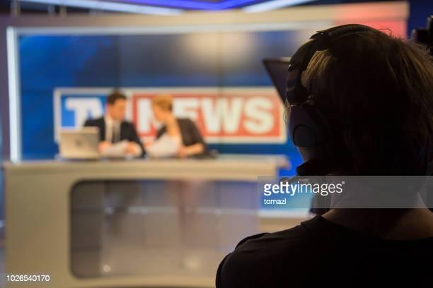 前にテレビ ニュース スタジオ ライブします。 - 解説者 ストックフォトと画像