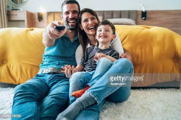 temps de tv avec la famille - regarder la télévision photos et images de collection