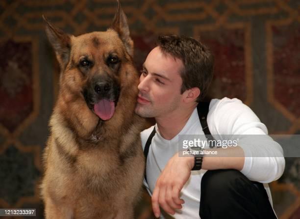 Hund Rex mit seinem Kriminalkollegen Gedeon Burkhard . Auch seinem Bruder Sambo mangelt es nicht an Talent und auch nicht an Show-Erfahrung: Sambo...