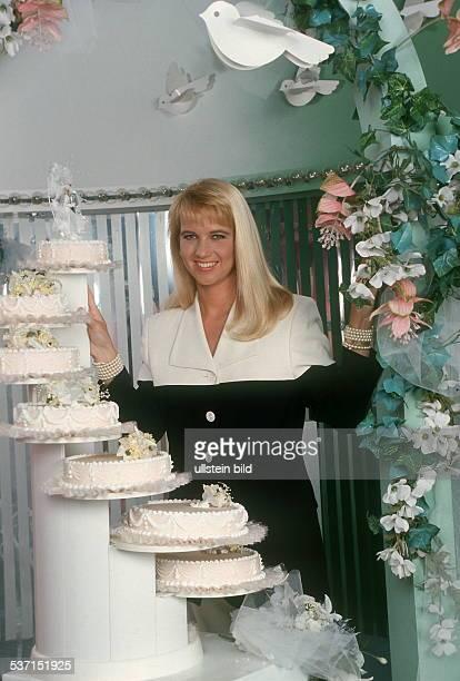 TVModeratorin Niederlande in der RTL Sendung 'Traumhochzeit' mit Hochzeitstorten 1992