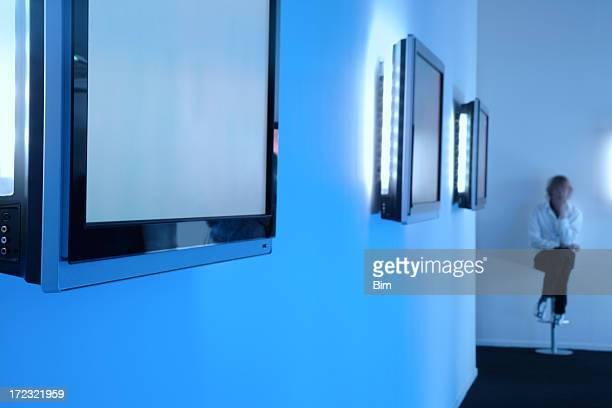 Téléviseurs LCD dans une rangée sur le mur