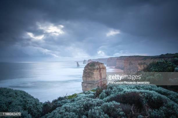 twelve apostles sea rocks, great ocean road, victoria, australia. stormy weather - francesco riccardo iacomino australia foto e immagini stock