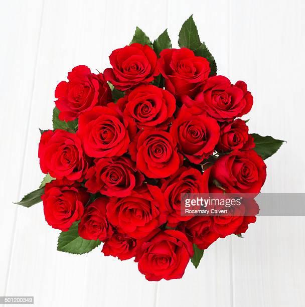 twenty vibrant red roses from above - bouquet de fleurs photos et images de collection