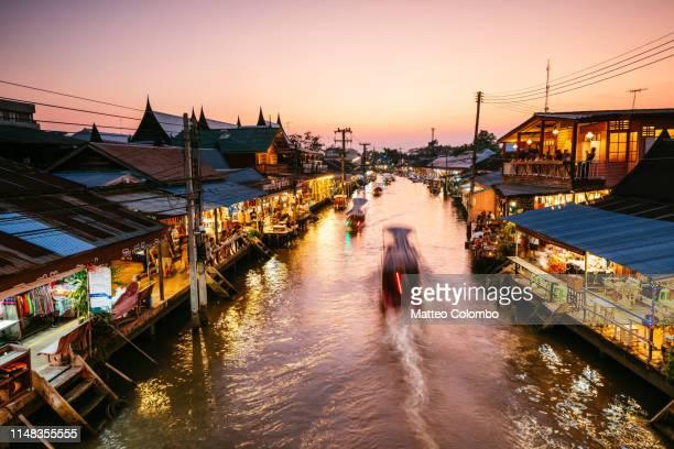 twilight at amphawa floating market, bangkok, thailand - bangkok foto e immagini stock