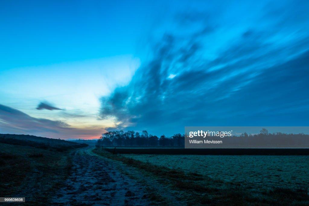 Twilight Dirt Road : Stockfoto
