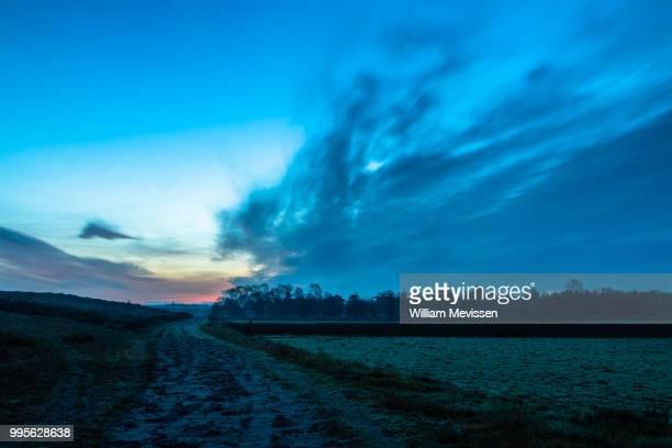 twilight dirt road - william mevissen ストックフォトと画像