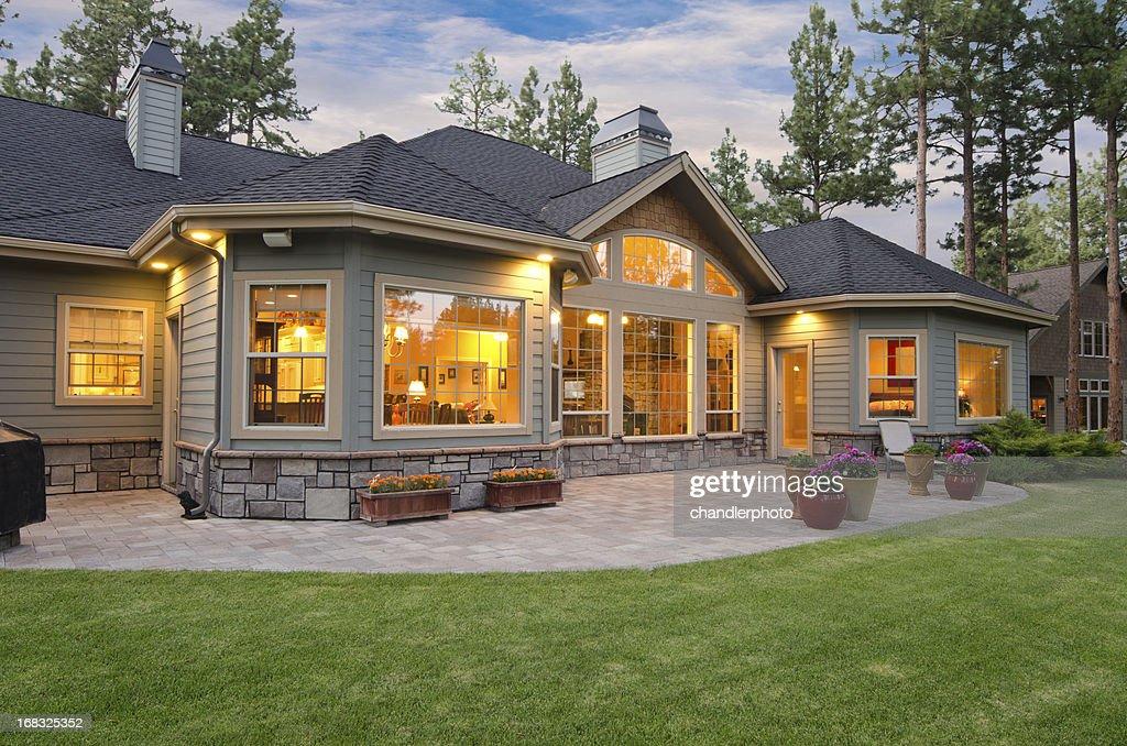 Crepúsculo exterior da casa e paisagem : Foto de stock