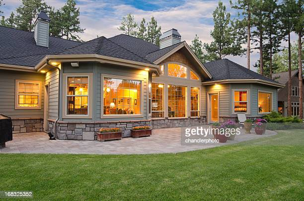 twilight exterior of home and landscape - verlicht stockfoto's en -beelden